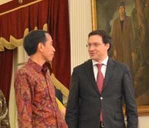 Presiden Jokowi berbincang dengan Menlu Bulgaria Daniel Mitov, di Istana Merdeka, Jakarta (30/3)