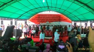 Presiden Jokowi menyerahkan bantuan kepada warga di Asrama Haji Balikpapan, Kamis (24/3) siang. (Foto: Edi N/Humas)