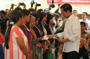 Presiden Jokowi saat menyerahkan bantuan sosial di di Halaman Masjid Nur Imam, Kelurahan Karanganyar Pantai, Kecamatan Tarakan Barat, Kota Tarakan, Rabu (23/3). (Foto:Humas/Jay)