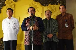 Seskab Pramono Anung didampingi Menteri PAN-RB, Ketua Ombudsman, dan Deputi Pencegahan KPK menyampaikan keterangan pers, di lobi Gedung III Kemensetneg, Jakarta, Selasa (29/3) siang. (Foto: Agung/Humas)