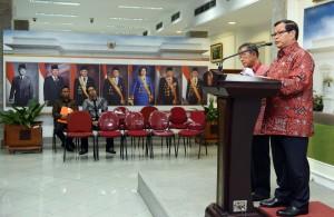 Usai Ratas (16/3) malam, Seskab Pramono Anung memberikan keterangan pers. (Foto: Humas/ Jay)