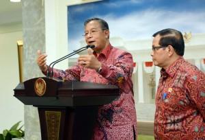 Menko Perekonomian Darmin Nasution menyampaikan keterangan pers, didampingi oleh Seskab (16/3). (Foto: Humas/ Jay)