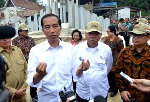Jokowi menjawab wartawan saat mengunjungi PLBN Entikong, di Kab. Sanggau, Kalbar, Rabu (23/3) siang. (Foto: Humas/Rahmat)
