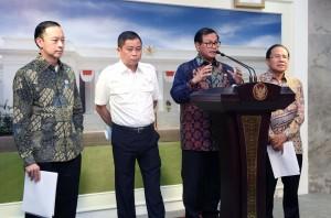 Seskab menjelaskan tentang kereta cepat usai Rapat Terbatas di Kantor Presiden, Jakarta (29/3). (Foto:Humas/Jay)