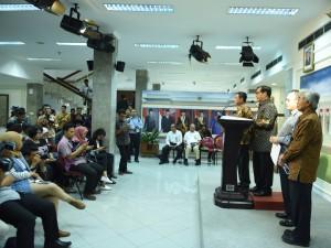 Seskab Pramono Anung didampingi Menteri ESDM Sudirman Said, Menhub Ignasius Jonan, dan Dirut Pertamina Dwi Sutjipto saat mengumumkan penurunan harga BBM (30/3) (Foto: Humas/Dhany)
