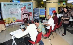 Presiden Jokowi saat mengisi SPT Pajak secara online di Palembang, Sumsel (3/3). (Foto:Humas/Jay)