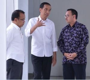 Menteri ESDM Sudirman Said dan Mensesneg Pratikno mendengarkan penjelasan Presiden Jokowi, di Bandara Supadio, Pontianak, Rabu (23/3) siang. (Foto: Laily/Setpres)