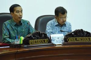 Presiden Jokowi didampingi Wapres Jusuf Kalla menyampaikan ucapan dukacita pada korban musibah jatuhnya helikopter di Poso, saat rapat terbatas di kantor Presiden, Jakarta, Senin (21/3) siang. (Foto: Rahmad/Humas)