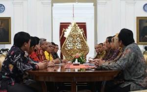 Presiden Jokowi berdialog dengan pengurus Forum Doktor Ilmu Politik UI, di Istana Merdeka, Jakarta, Senin (28/3) pagi. (Foto: JAY/Humas)