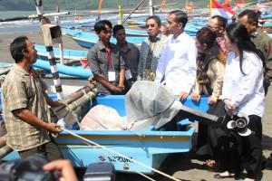 Presiden Jokowi didampingi Menko PMK Puan Maharani dan Menteri KP Susi Pudjiastuti berdialog dengan nelayan di Cilacap (30/6)