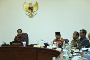 Presiden Jokowi memberikan pengantar pada ratas mengenai tindak lanjut pembangunan infrastruktur pendukung olahraga di Hambalang, di Kantor Presiden, Rabu (30/3) sore.
