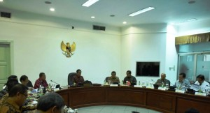 Presiden Joko Widodo memberikan Pengantar pada ratas mengenai Penetapan Harga BBM (30/3) (Foto: Humas/Dhany)
