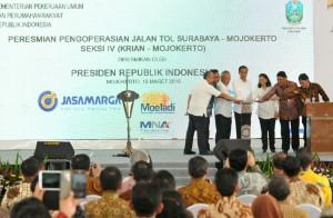 Presiden, para menteri, dan pejabat terkait menekan tombol sebagai tanda peresmian Jalan Tol Surabaya-Mojokerto Seksi IV (19/3). (Foto: Humas/Jay)