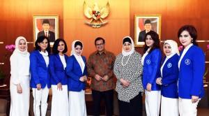 Sekretaris Kabinet Pramono Anung berfoto bersama pengurus DPP IWAPI, di ruang kerjanya lantai 2 Gedung III Kemensetneg, Jakarta, Kamis (24/3) siang. (Foto: Agung/Humas)