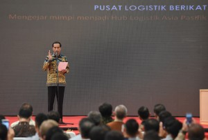 Presiden memberikan arahan saat meresmikan pusat logistik di Jakarta (10/3). (Foto:Humas/Rahmat)