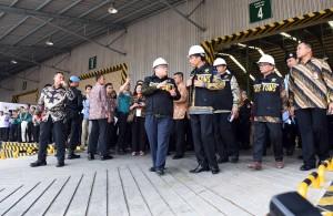 Presiden Jokowi meresmikan Pusat Logistik Berikat di Pergudangan PT. Cipta Krida Bahari Cakung Jakarta Timur, Kamis(10/3) Pagi, Presiden Jokwi di dampingi Menteri Keuangan Bambang Brojonegoro, dan Menteri Komunikasi dan Informatika Rudiantara.