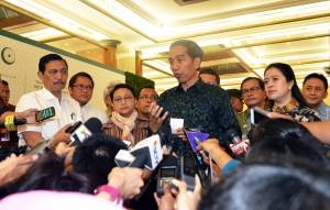 Presiden Jokowi menjawab pertanyaan wartawan usai meninjau tempat pelaksanaan KTT OKI, di JCC, Jakarta (4/3) (Foto: Humas/Rahmat)