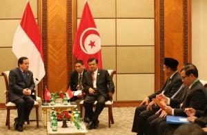 Wapres Jusuf Kalla didampingi Seskab Pramono Anung, menerima kunjungan kehormatan Menlu Tunisia Kheimaies Jhinaoui (7/3). (Foto: OIC-ES2016/ Wisnu Widiantoro)