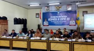 Wakil Ketua Komisi II DPR Lukman Edy didampingi Gubernur Kaltara Irianto Lambre, dalam pertemuan di Tanjung Selor, Kaltara, Selasa (22/3)