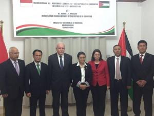 Menlu Retno Marsudi berpose bersama Konsul Kehormatan RI di Palestina, Maha Abu-Shusheh, didampingi Menlu Palestina Dr. Riyad al-Maliki, dan Ketua Komisi I DPR Mahfud Shiddiq, di KBRI Amman, Yordania, Minggu (13/3)