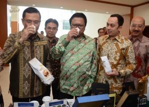 Menperin dan Wakil Ketua MPR sedang menikmati kopi (10/3).(Foto:Humas Kemenperin)