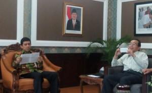 Menteri PANRB Yuddy Chrisnandi membaca surat Mashudi yang diantarkan oleh mantan Menteri Pertanian Suswono, di ruang kerjanya, Kamis (10/3)