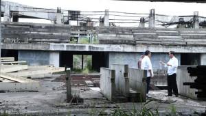 Presiden Jokowi didampingi Menpora Imam Nahrawi dan Menteri PUPR Basuki Hadimuljono mendadak meninjau Proyek Hambalang, di Sentul, Bogor, Jabar, Jumat (18/3).