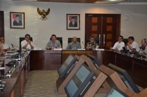 Kepala BRG Nazir Foead didampingi Kepala Staf Presiden Teten Masduki melakukan media briefing, di kantor KSP, Jakarta, Kamis (31/3) siang.