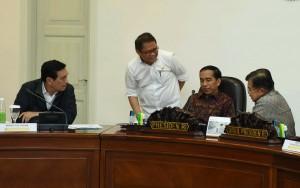 Presiden Jokowi memimpin Rapat Terbatas tentang Pilkada Serentak (15/3) di Kantor Presiden. (Foto: Humas/ Jay)