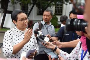 Menlu Retno Marsudi menjawab wartawan, di halaman Istana Merdeka, Jakarta, Senin (28/3) siang