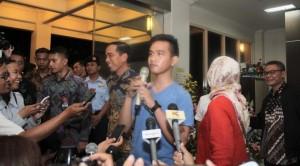 Presiden Jokowi bersama putra pertamanya Gibran Rakabuming, seusai menengok cucu pertamnya, di RSU PKU Muhammadiyah, Surakarta, Kamis (10/3) malam