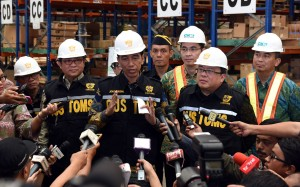 Presiden Jokowi menjawab pertanyaan wartawan usai meresmikan pusat logistik berikat di Jakarta (10/3). (Foto:Humas/Rahmat)