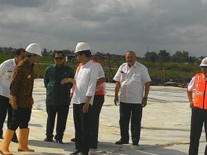 Presiden Jokowi saat meninjau pembangunan tol (3/3). (Foto:Humas/Said)