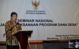 "Deputi PMK Seskab Surat Indrijarso memberikan sambutan pada Seminar Nasional ""Evaluasi Pelaksanaan Program Dana Desa"" di Bandung, Kamis (17/3) pagi. (Foto: Humas/Rahmad)"