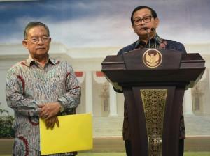 Seskab Pramono Anung didampingi Menko Perekonomian mengumumkan Paket Kebijakan Ekonomi Tahap XI, di kantor Presiden, Jakarta, Selasa (29/3) siang. (Foto: JAY/Humas)