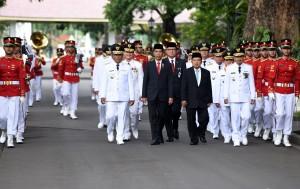 Presiden Jokowi dan Wapres Jusuf Kalla berjalan bersama gubernur dan wagub terpilih menuju Istana Negara, Jakarta, Jumat (12/2). (Foto:Humas/Rahmat)