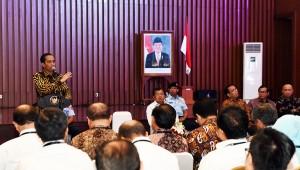 Presiden Jokowi memberikan arahan kepada para menteri, kepala badan, dan pejabat eselon I, di Kementerian PUPR, Jakarta, Selasa (22/3) pagi. (Foto: Agung/Humas)
