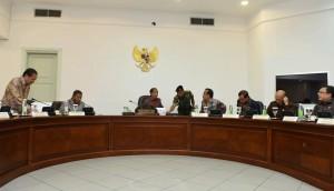 Presiden Jokowi memimpin rapat terbatas masalah LRT, di kantor presiden, Jakarta, Selasa (29/3) siang. (Foto: JAY/Humas)