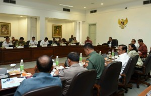 Presiden Jokowi memimpin rapat terbatas masalah penyelundupan, di kantor Kepresidenan, Jakarta, Rabu (16/3) siang