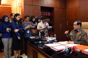 Seskab Pramono Anung menjawab wartawan, di ruang kerjanya, Gedung III Kemensetneg, Jakarta, Jumat (11/3) siang. (Foto: NIA/Humas)