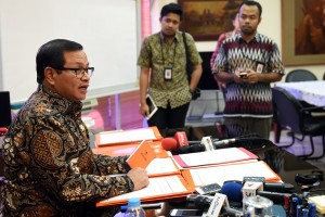 Seskab Pramono Anung memberikan penjelasan kepada wartawan, di ruang kerjanya, Jakarta, Jumat (11/3) siang. (Foto: NIA/Humas)