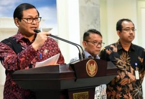 Seskab Pramono Anung memberikan keterangan pers, usai rapat terbatas, di kantor Presiden, Jakarta, Senin (21/3) petang. (Foto: Rahmad/Humas)