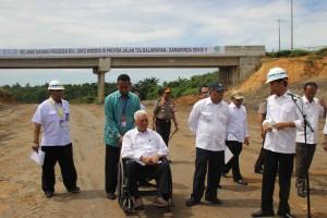 Presiden Jokowi memberikan keterangan pers pada peninjauan jalan tol Balikpapan - Samarinda, di Balikpapan, Kamis (24/3) siang