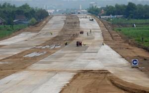 Pekerja melakukan pengerjaan proyek Jalan Tol Surabaya-Mojokerto (Sumo) seksi IV di Jetis, Mojokerto, Jawa Timur, Jumat (6/12).
