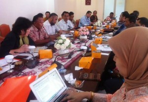 Utusan Khusus Presiden bidang Perubahan Iklim Rachmat Witoelar membuka diskusi yang diikuti wakil BUMN, di Jakarta, Rabu (23/3)