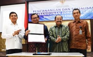 Seskab Pramono Anung didampingi Menteri PANRB, Ketua Ombudsman, dan Deputi Pencegahan KPK menunjukkan Deklarasi Zona Integritas Setkab, di aula Gedung III Kemensetneg, Jakarta, Selasa (29/3) pagi. (Foto: Agung/Humas)