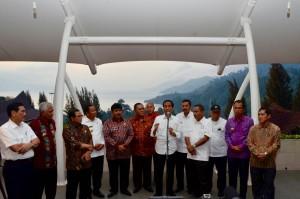 Usai Rapat Terbatas, Presiden Jokowi memberikan keterangan pers tentang destinasi wisata Borobudur (1/3). (Foto: Humas/Fitri)