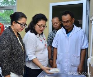 Penasihat DWP Setkab Hani Pramono Anung (kiri) melihat kunjungi Pusat Pengolahan Produk Ikan (19/3). (Foto: Humas/Oji)