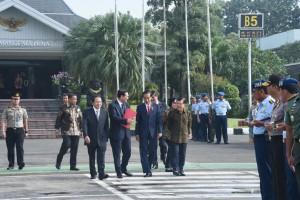Presiden Jokowi berbincang dengan Wapres Jusuf Kalla sebelum keberangkatan ke Eropa di Bandara Halim Perdanakusuma, Jakarta (17/4). (Foto: BPMI/Rusman)