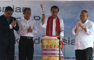Presiden Jokowi menabuh tanda diresmikannya jembatan merah putih (4/4). (Foto:BPMI/Rusman)